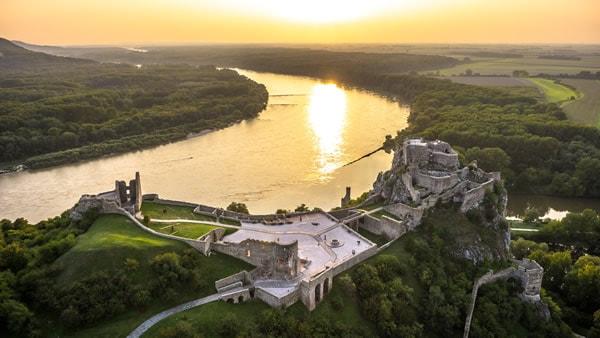 Donaubestattung - Burgruine Theben